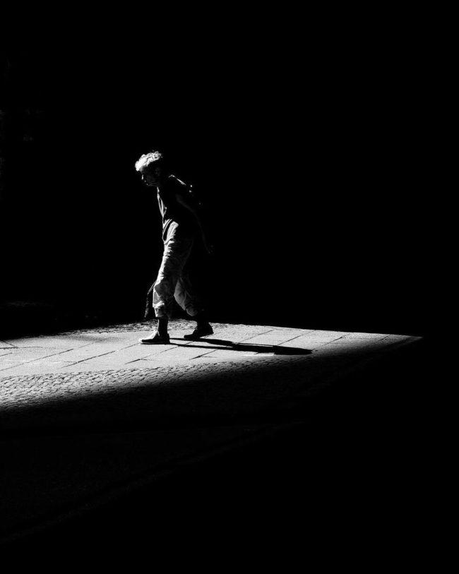 Person läuft in einem Lichtfleck