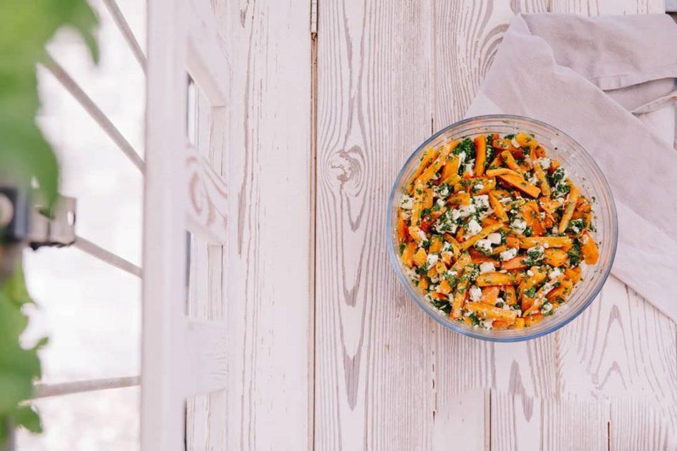 Salat auf einer Tischplatte von oben fotografiert