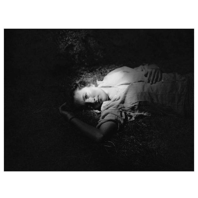 Person liegt in einem Lichtfleck
