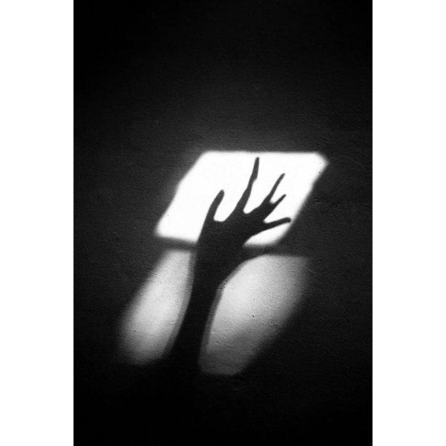 Lichtfleck mit einer Hand als Schatten