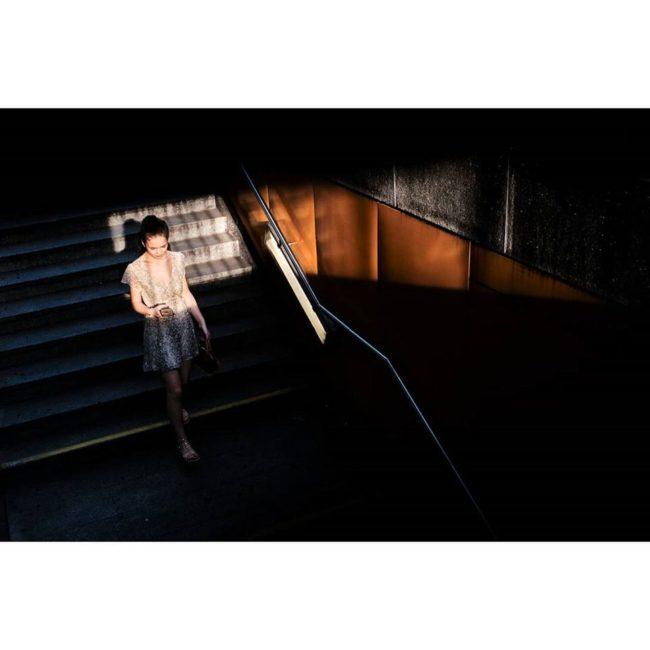 Eine Treppe steigende Person mit Lichtflecken