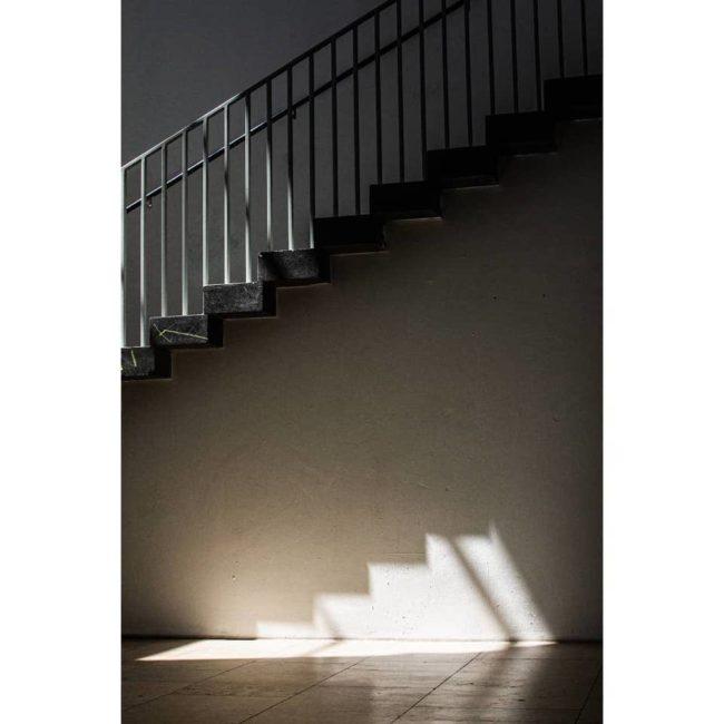 Eine Treppe mit Lichtfleck