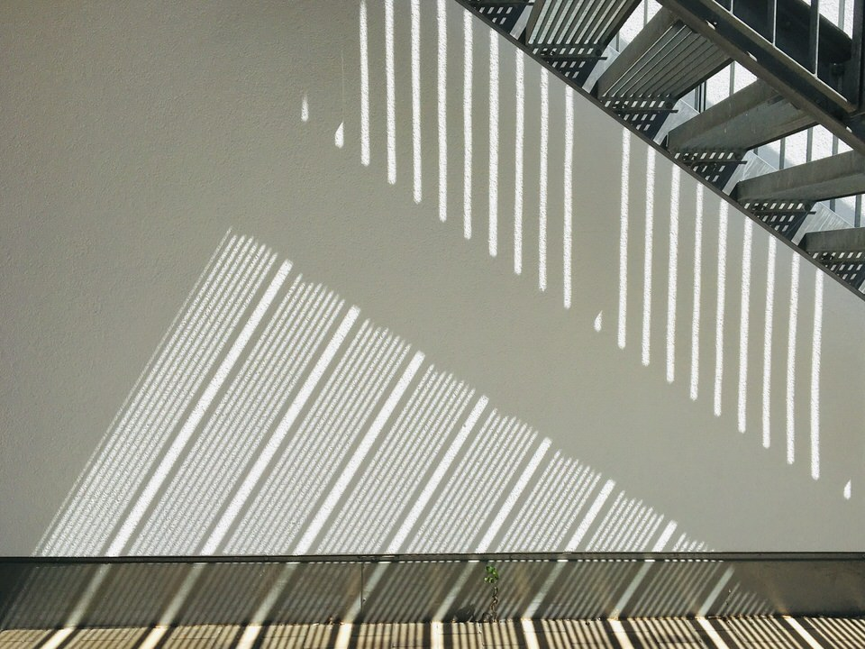 Lichtspiele unter einer Treppe