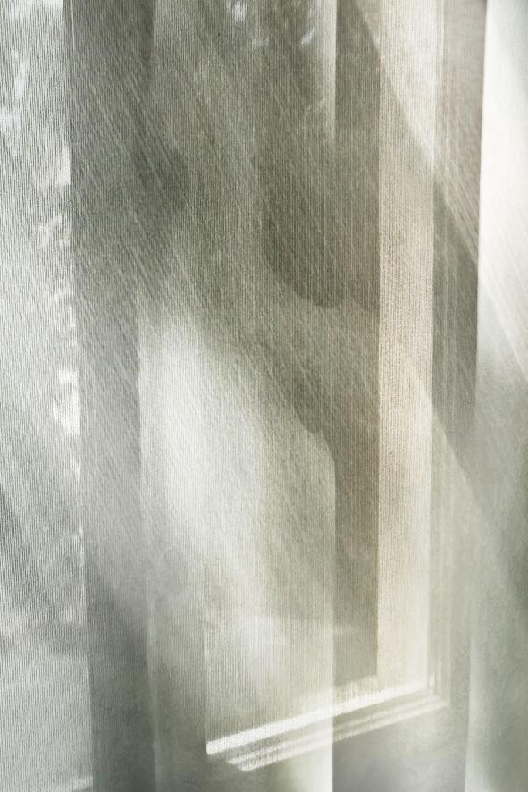 Licht fällt durch einen Vorhang