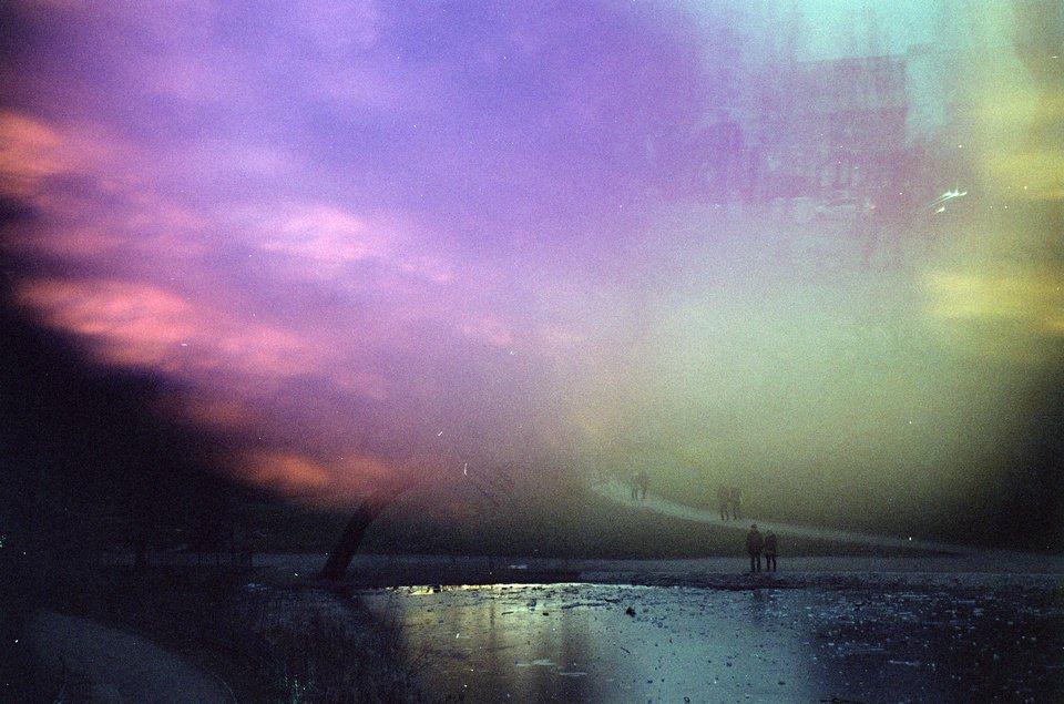 surreale Landschaft mit bunten Lichtflecken