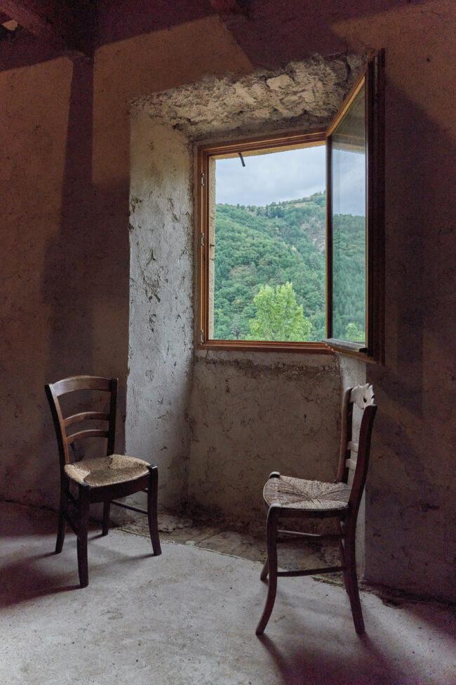 Zwei Stühle vor einem Fenster
