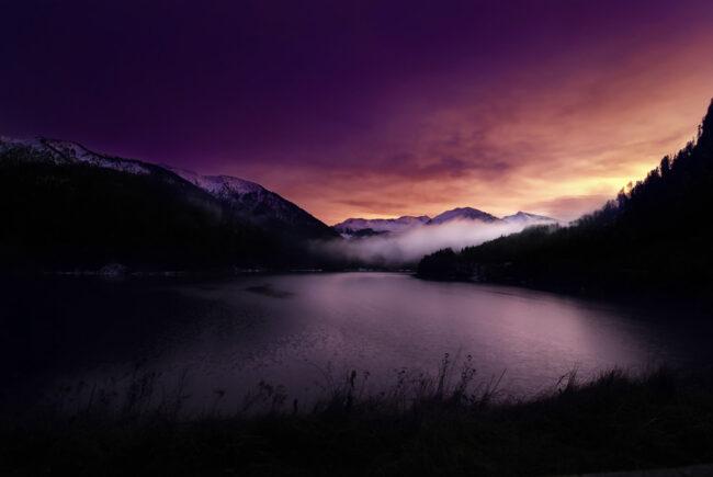 See vor Bergen zur Dämmerung
