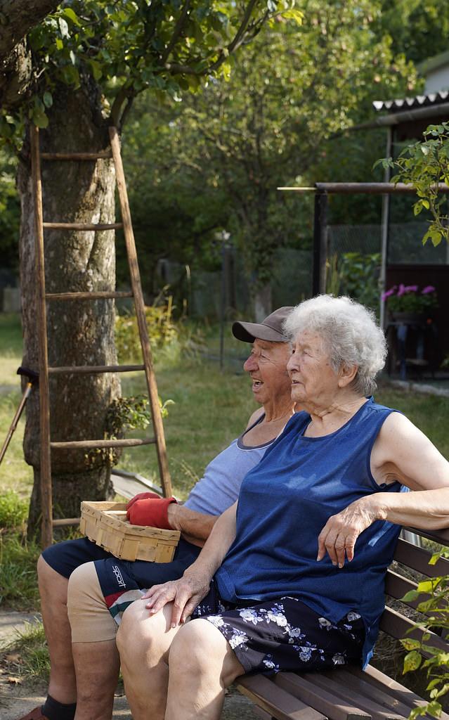 Zwei Menschen auf einer Bank sitzend