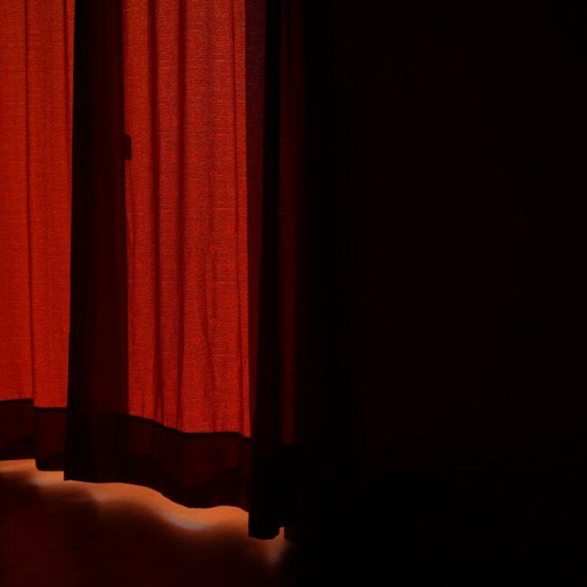 Lich fällt durch einen roten schweren Vorhang