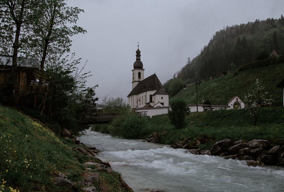 Kirche an einem Fluss