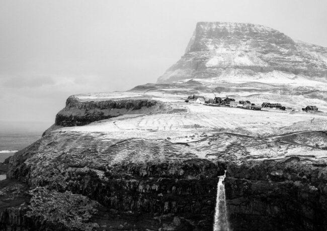 Winterlandschaft mit Wasserfall