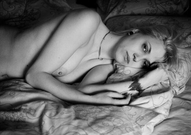 Frauenakt im Bett