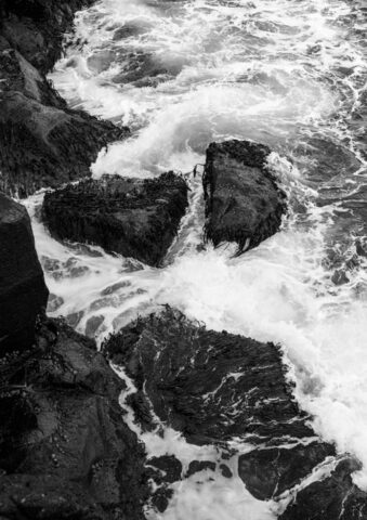 Von Wellen umspülte Steine