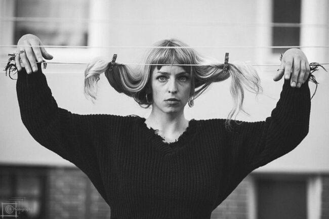 Person hängt Haare an eine Leine
