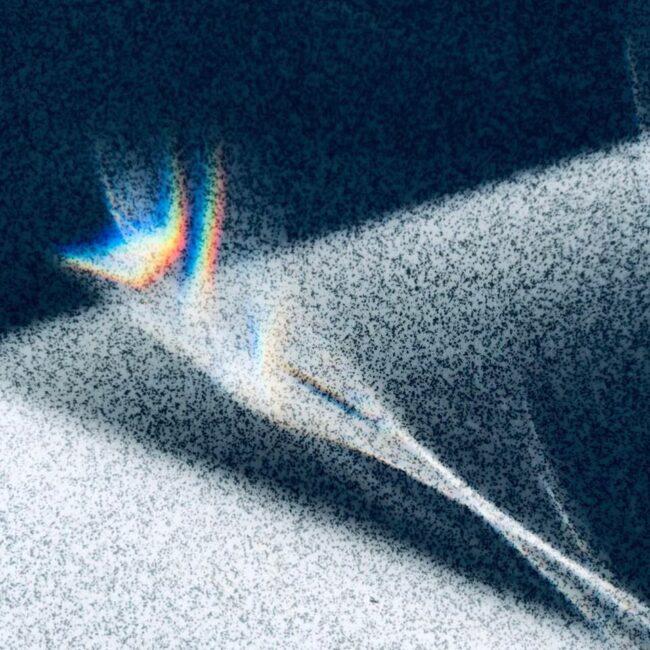 Licht in Regenbogenfarben fällt auf einen Boden