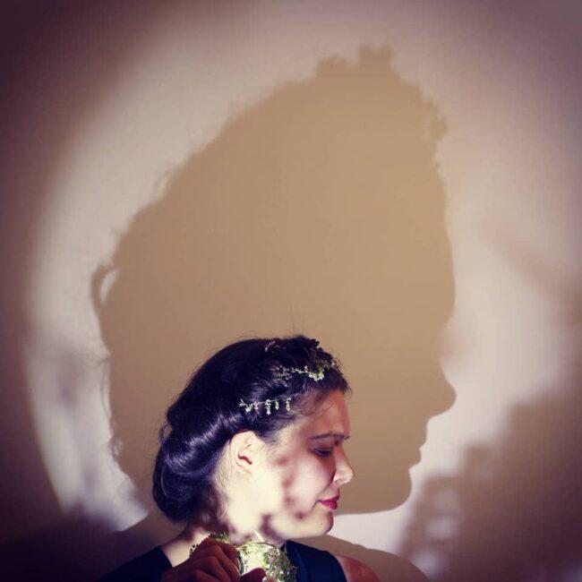 Portrait, das einen Schatten an die Wand wirft