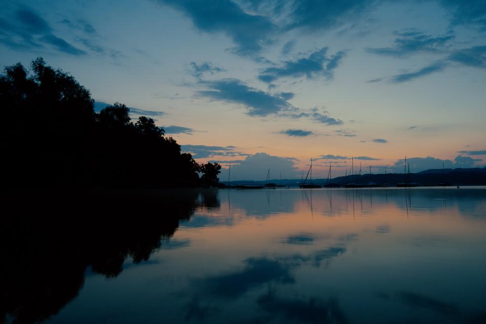 Stilles Gewässer in dem sich der Sonnenuntergang spiegelt