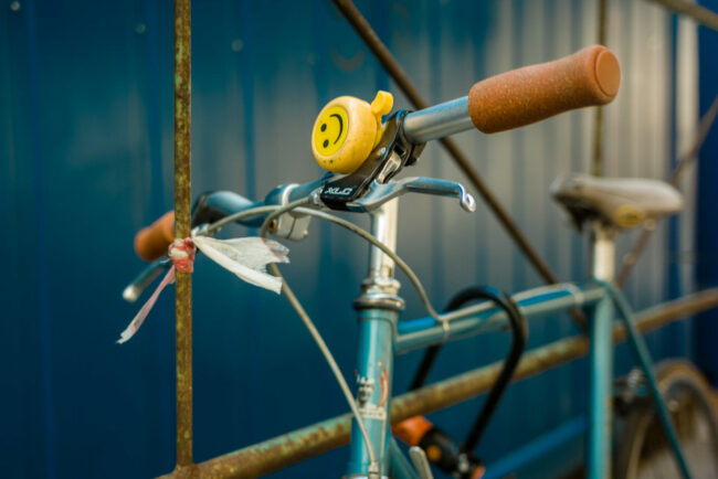 Gelbe Klingel an einem Fahrrad