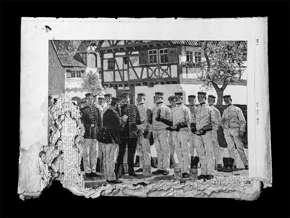 Ein altes Foto von einer Gruppe Menschen vor einem Fachwerkhaus