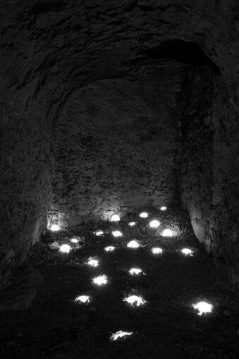 Lichter am Boden eines Kellergemeäusers