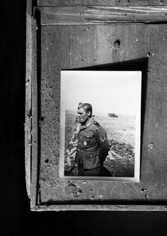 Foto eines Soldaten auf schmutzigem Holz
