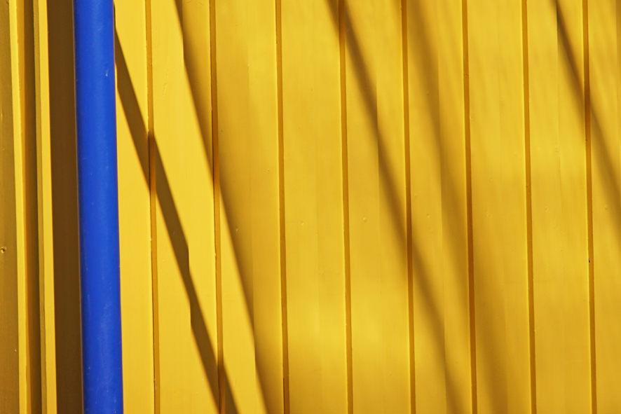Gelbe Wand mit Schattenspielen
