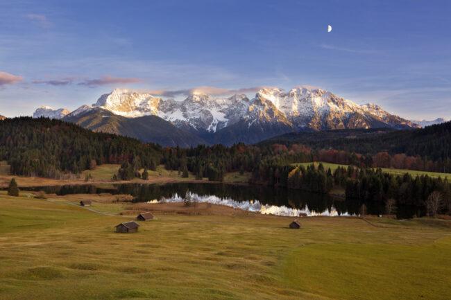 See im Grünen, im Hintergrund ein Bergmassiv