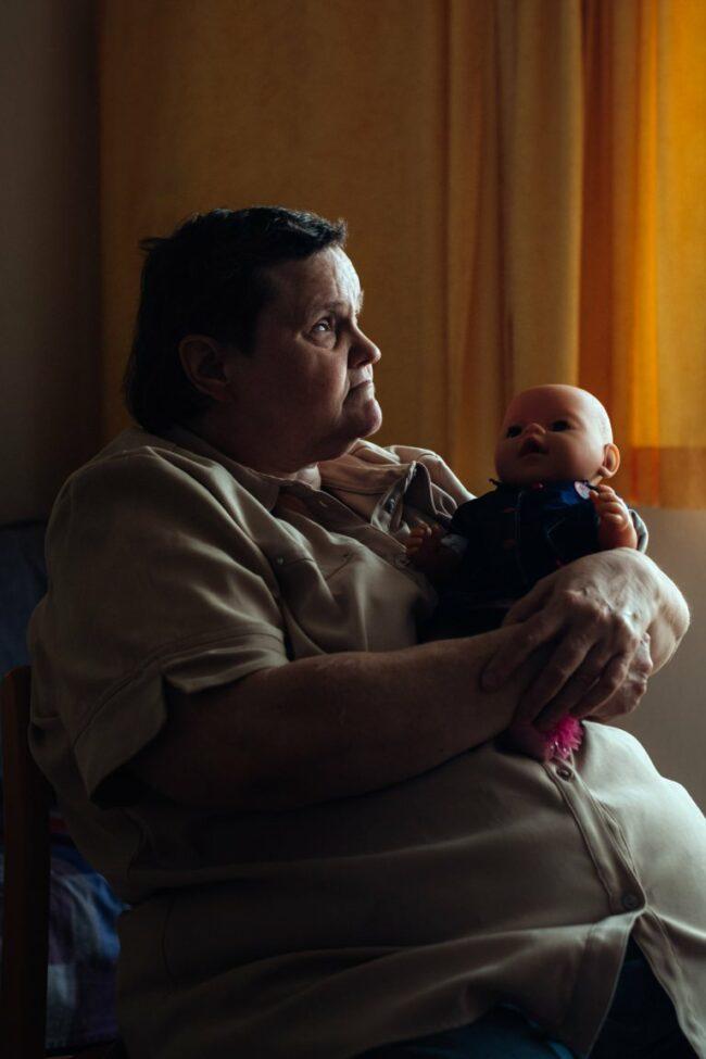 Frau mit einer Puppe im Arm