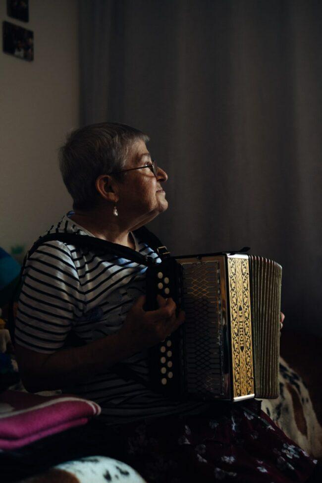 Frau mit Akkordeon