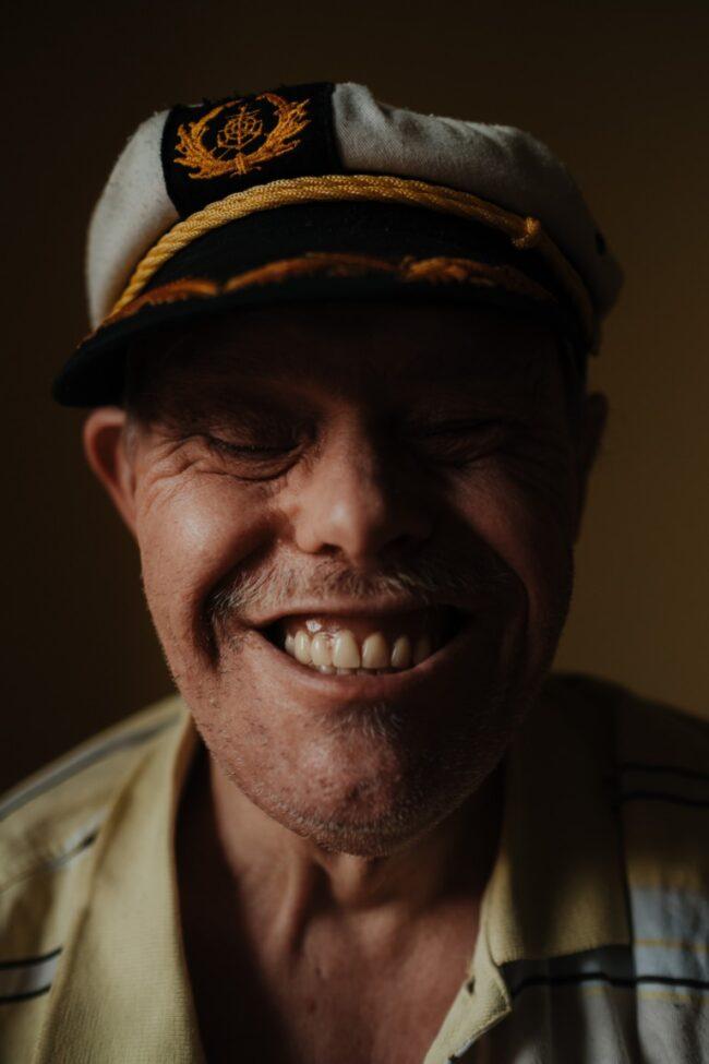 Lächelnder Mann mit Seemannsmütze