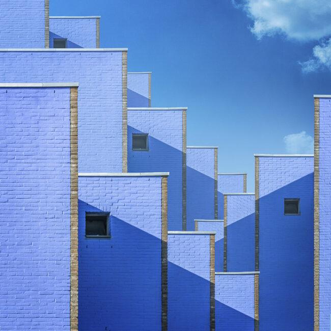 Blaue Hauswände, die in Blöcken hinter und nebeneinander stehen