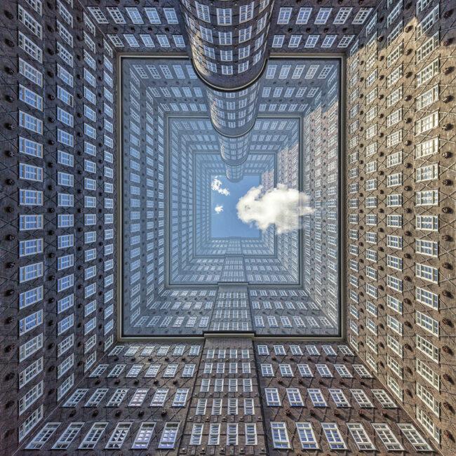 Innenhof eines Hochhauses in dem eine Wolke schwebt
