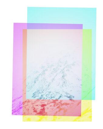 Eine weiße Berglandschaft entsteht zwischen einem Rahmen aus den Grundfarben