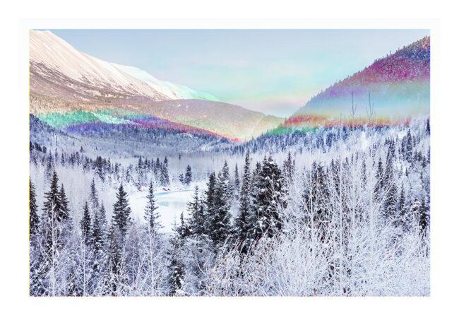 Winterlandschaft mit Regenbogenfarben in der Mitte