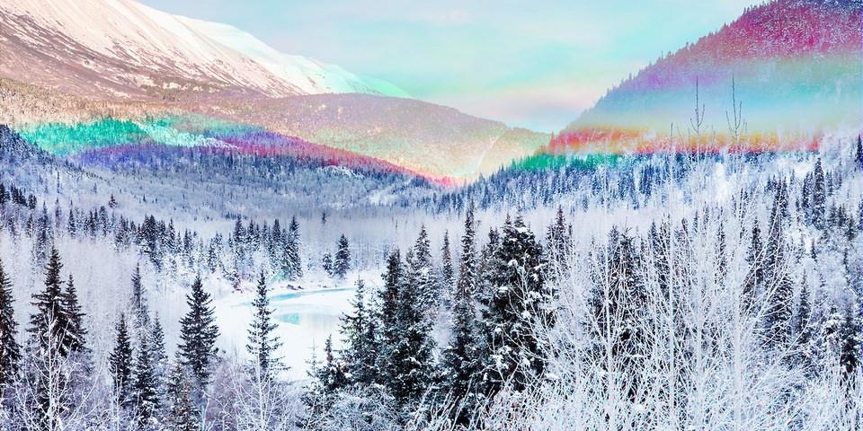 Winterlandschaft mit Regenbodenfarben in der Mitte