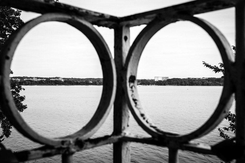 Blick durch ein Geländer auf einen Fluss