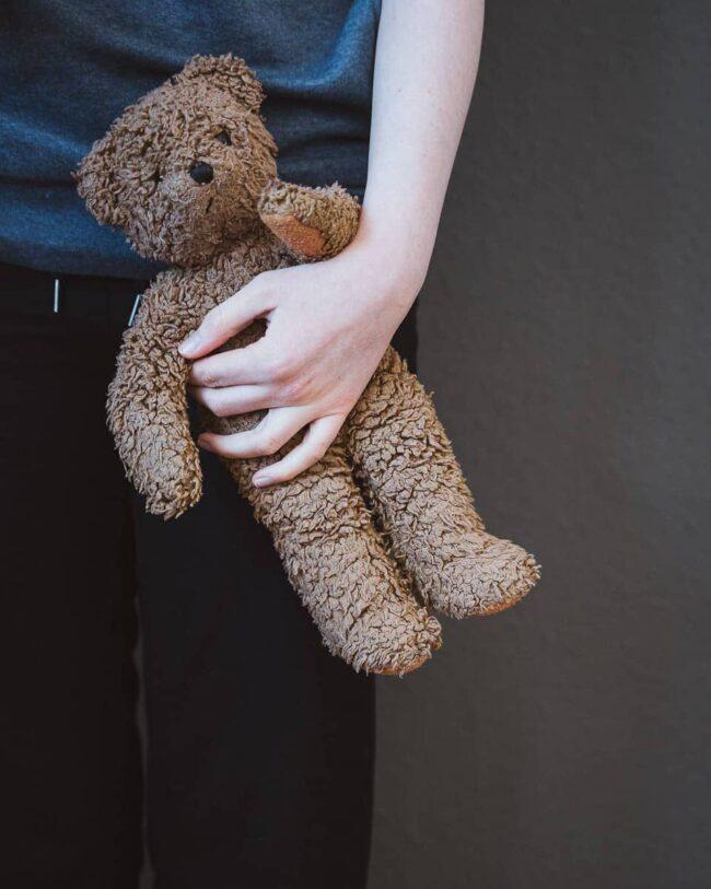 Ein Teddy liegt in einem Arm