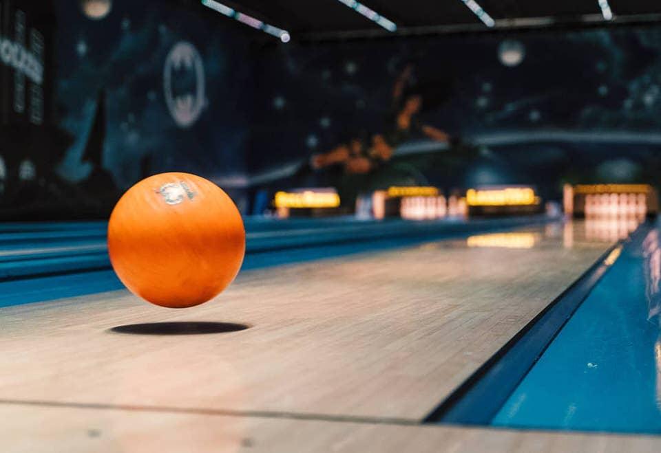 Bowlingkugel schwebt über einer Bahn