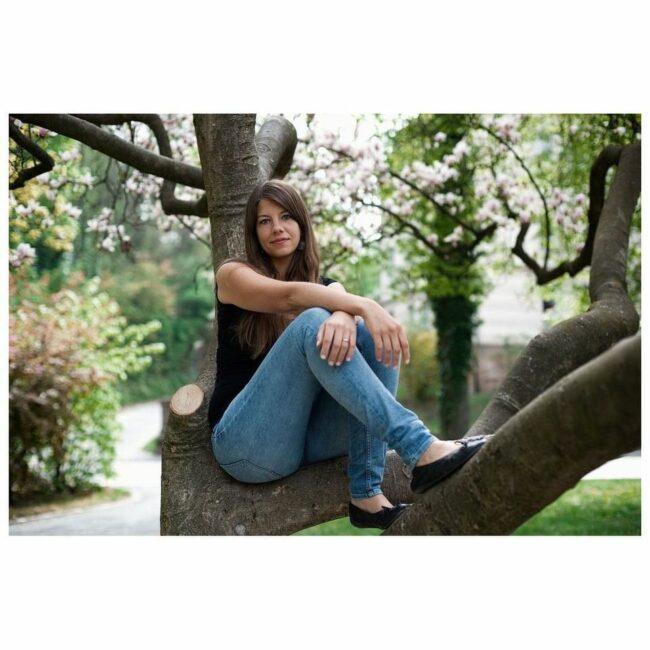 Eine Frau sitzt in einem Baum