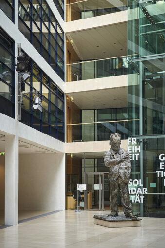 Eingangshalle mit Willy-Brandt-Statue