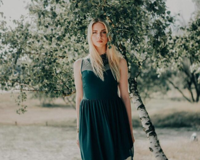 Eine Frau vor einer kleinen Birke
