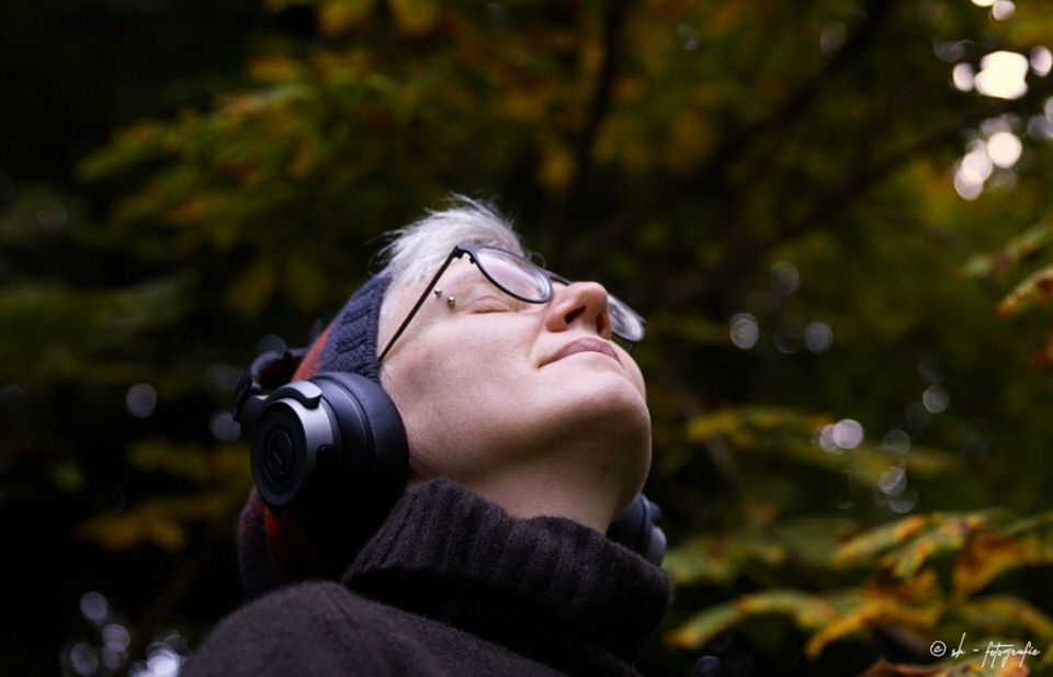 Person mit Kopfhörern