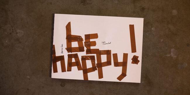"""Buchcover mit der Aufschrift """"Be happy"""""""