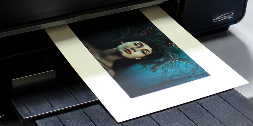 Ein bedrucktes Blatt kommt aus einem Drucker