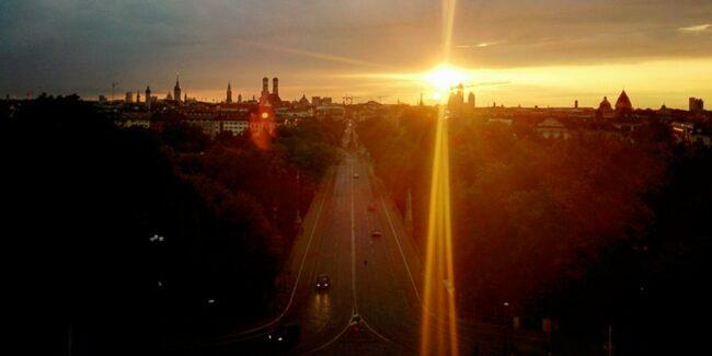 Sonnenaufgang über einer Stadt