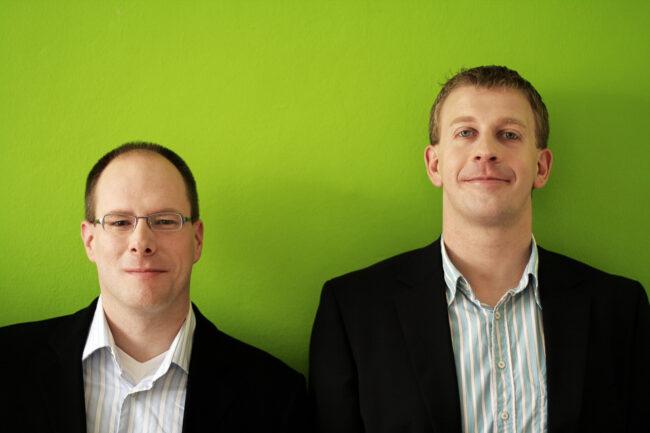 Portrait zwei Männer vor grüner Wand