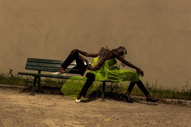 Fashionportrait zwei Personen auf einer Bank