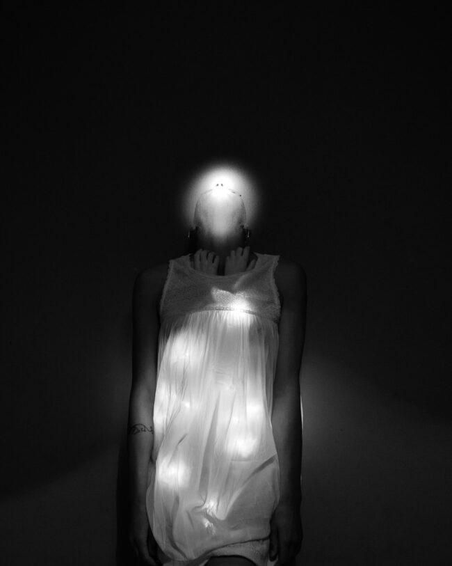 Person wird mit Lichtern beschienen