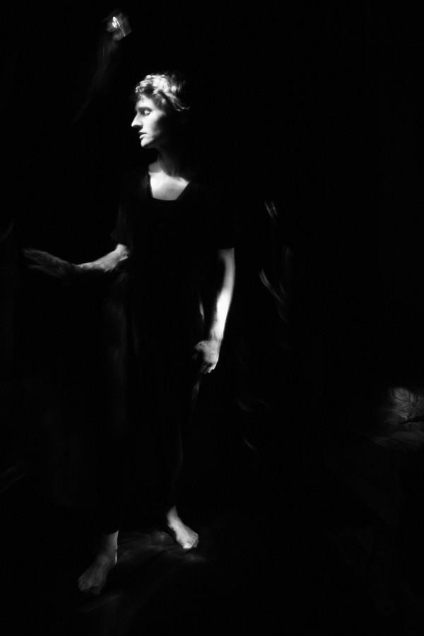 Schwarzweißbild einer Frau, die zur Seite sieht