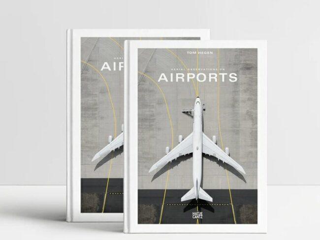 zwei identische Bücher mit Flugzeug auf dem Cover